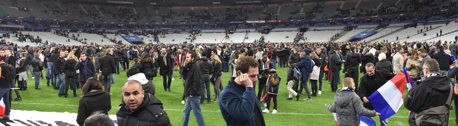 Zuschauer des Freundschaftsspiels zwischen Frankreich und Deutschland auf dem Rasen des Stade de France nachdem das Stadium evakuiert wurde.