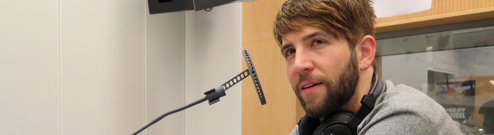 Owen Pallett ist Sänger, Violinist, Komponist und Musikwissenschaftler.