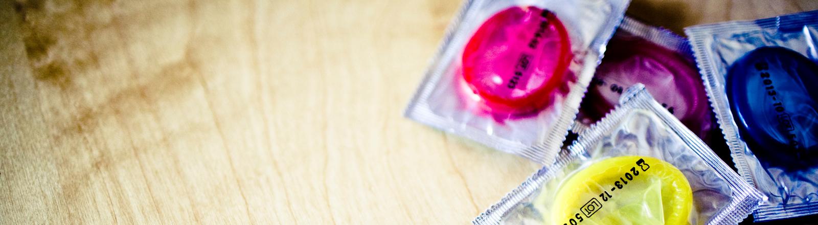 Kondome liegen auf dem Tisch