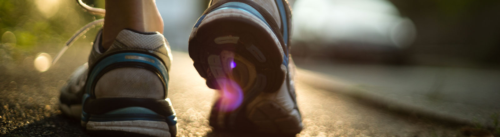 Eine Frau trägt Laufschuhe.