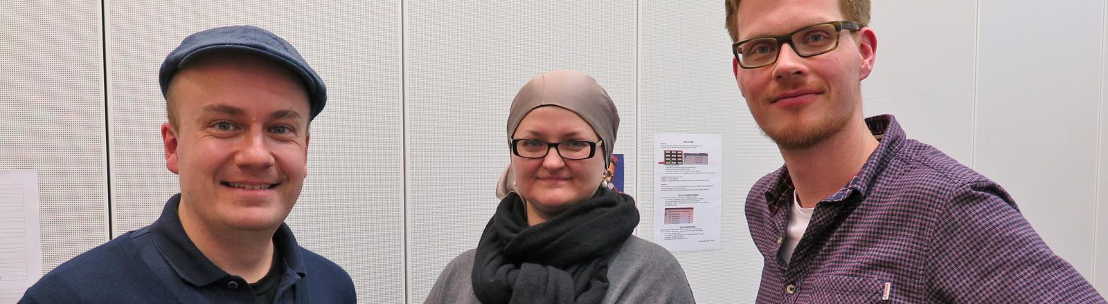 Vykinta Ajami steht im Studio, neben ihr die Moderatoren Daniel Fiene und Herr Pähler.