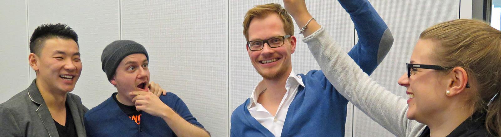 Der Tanzlehrer Xi Dünnhoff steht mit den Moderatoren Daniel Fiene und Herr Pähler im Studio.