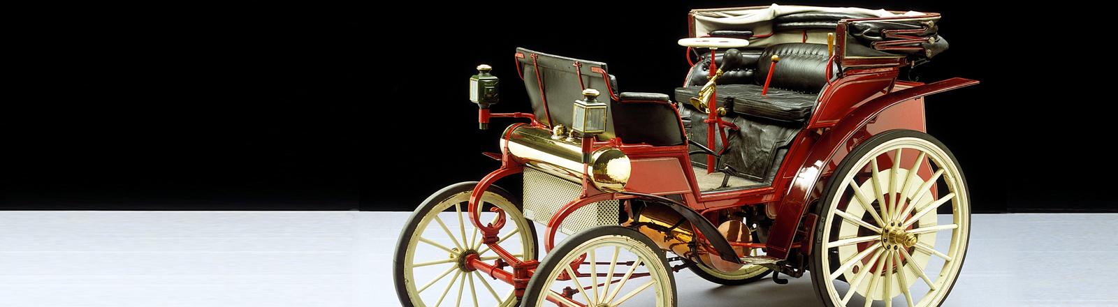 Daimler Riemenwagen, 1895.  Die als Riemenwagen bezeichneten Fahrzeuge sind durch ein 4-Gang-Riemengetriebe für die Kraftübertragung vom Motor auf die Hinterräder gekennzeichnet, mit dem ein weicher Übergang beim Geschwindigkeitswechsel erreicht wurde.