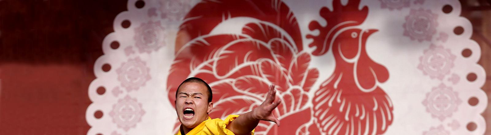 Ein Shaolin-Kämpfer tanzt bei Feierlichkeiten zum Chinesischen Neujahr, bei dem das Jahr des Feuer-Hahns eingeleitet wird.