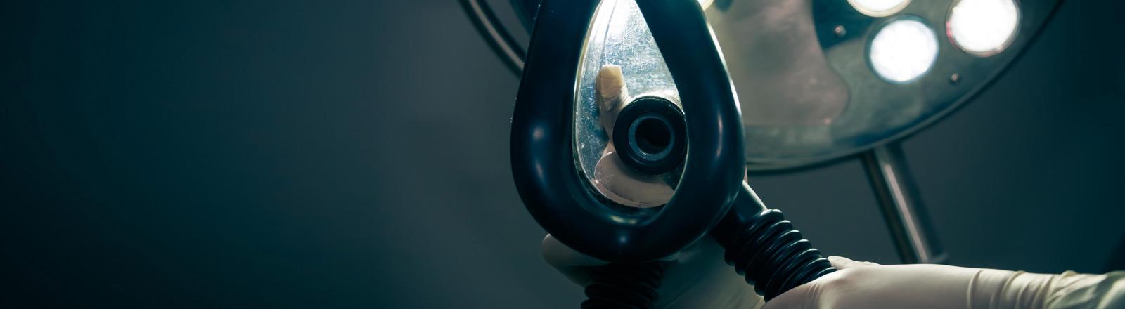Ein Beatmungsgerät ist aus der Ich-Perspektive zu sehen.