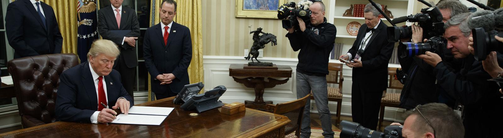 US-Präsident Donald Trump unterzeichnet ein Dekret im Oval Office im White House.