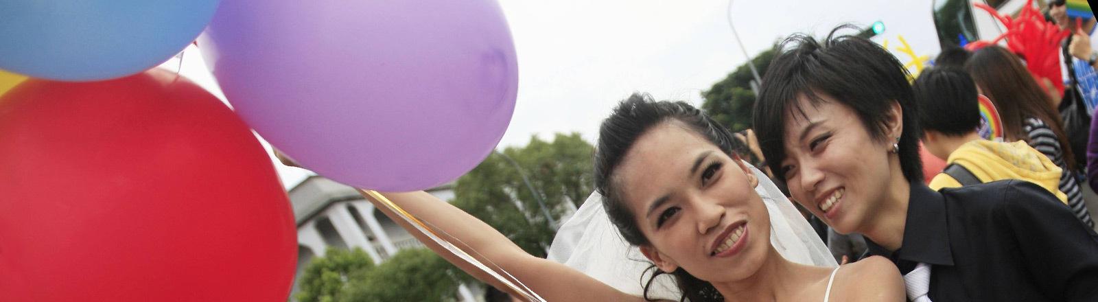 Ein lesbisches Paar, das in Taiwan heiratet.