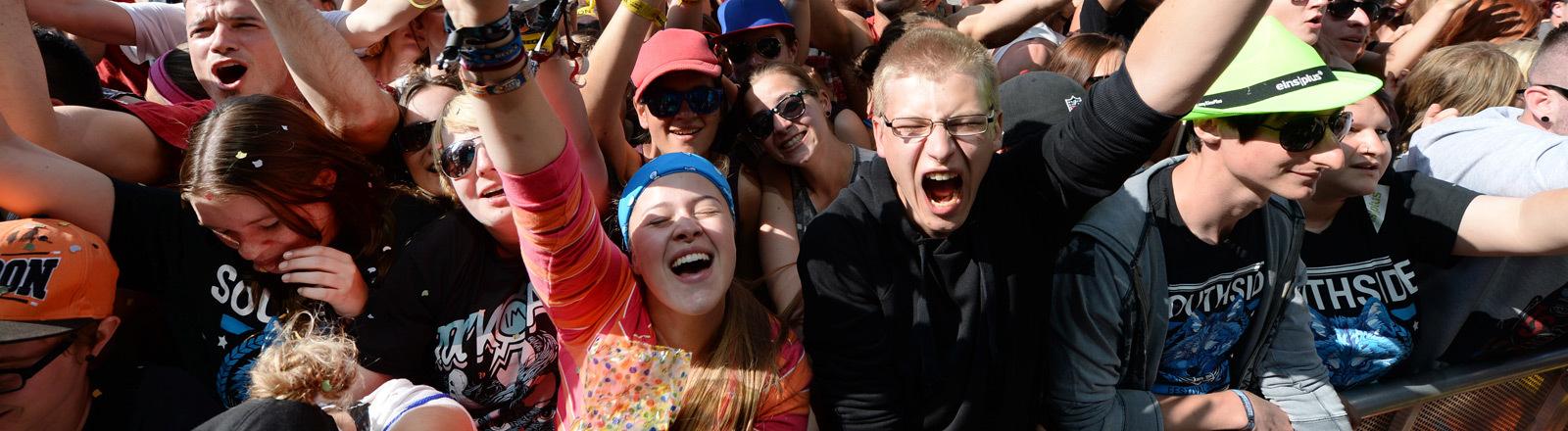 Publikum auf einem Festival.