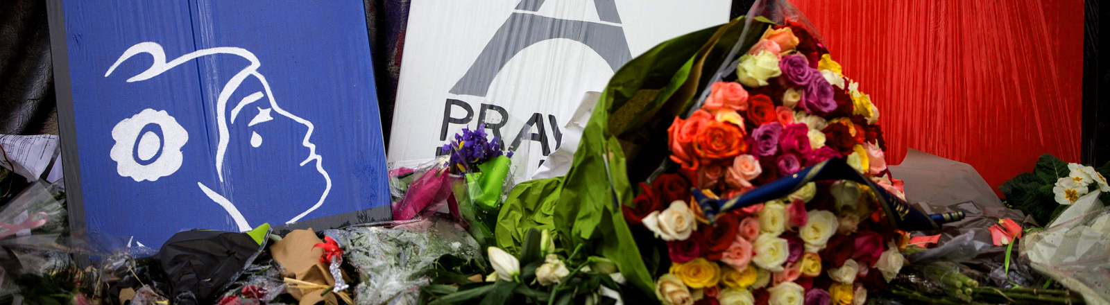 Blumen und Botschaften der Trauer am Place da la république in Paris.