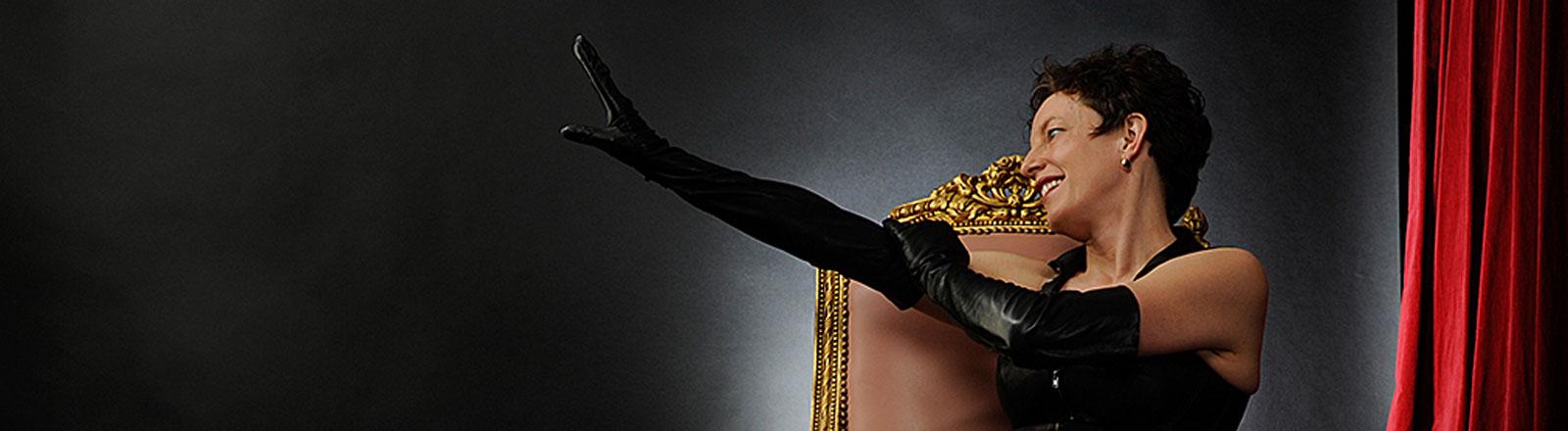 Die Prostituierte Johanna Weber auf einem goldenen Sessel