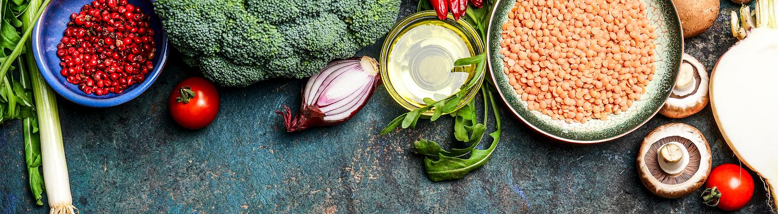 Linsen, Zwiebeln und mehr Gemüse angerichtet auf einer Platte.