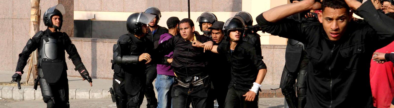 In Ägypten verhaften Polizisten einen Bürger