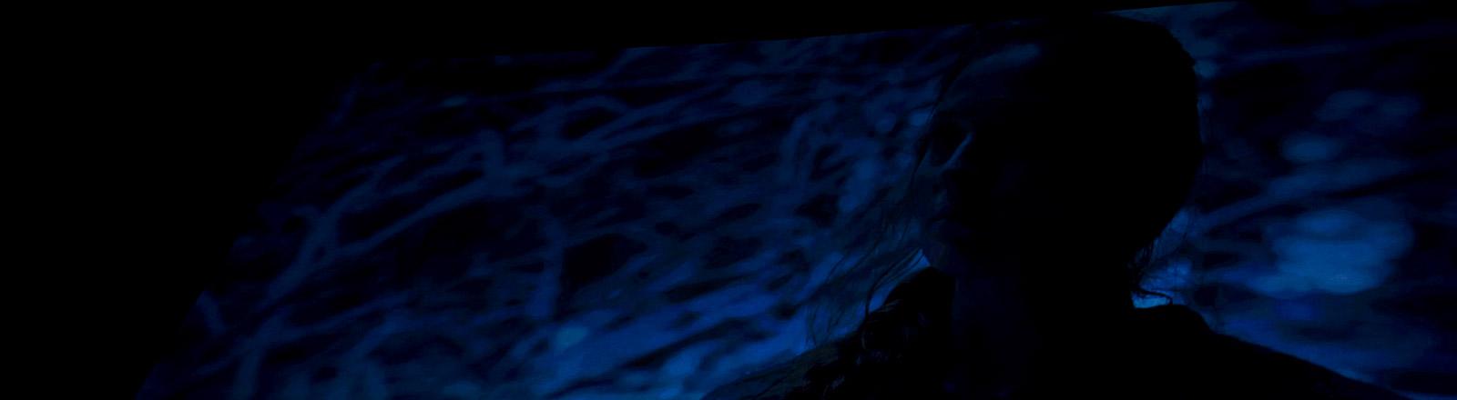 Eine Frau in einer dunklen Szene eines Films
