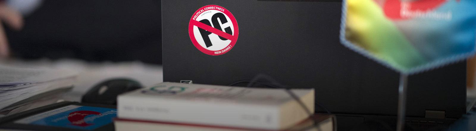 """Ein durchgestrichener """"PC""""-Aufkleber auf einem Laptop"""