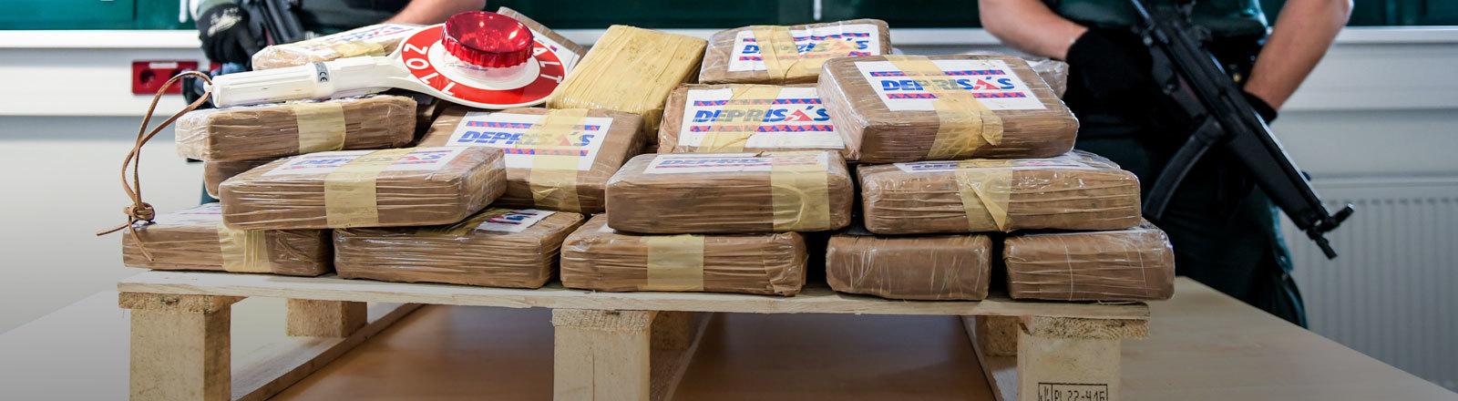 Eine Palette mit beschlagnahmten Paketen mit Kokain