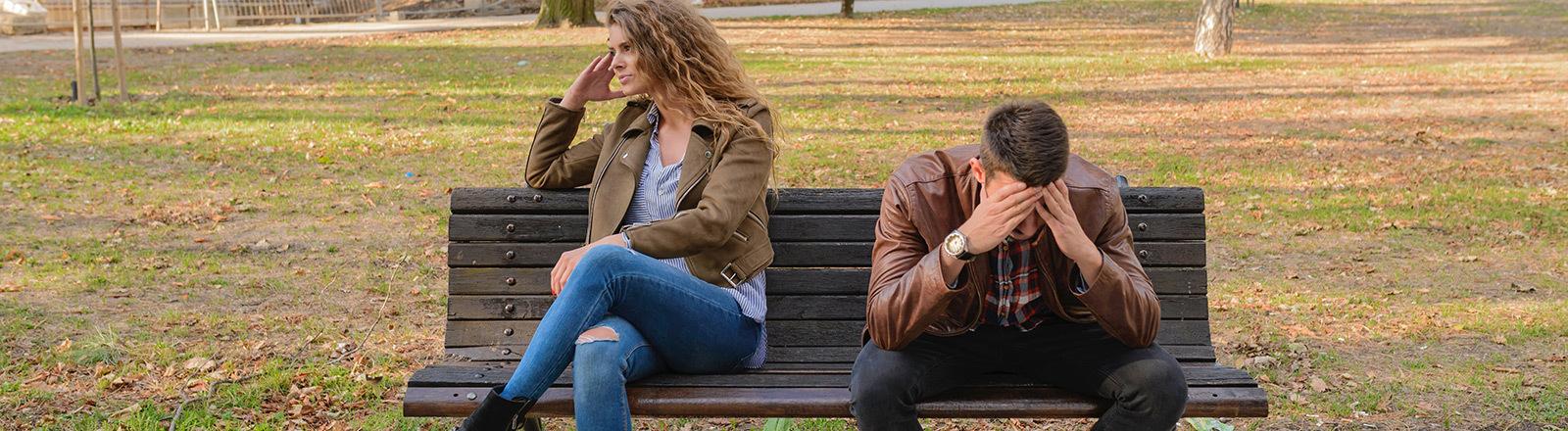Ein Paar auf einer Parkbank