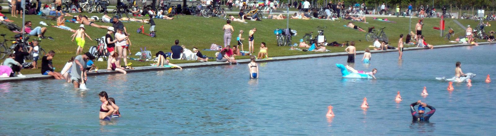 Menschen an einem Badesee