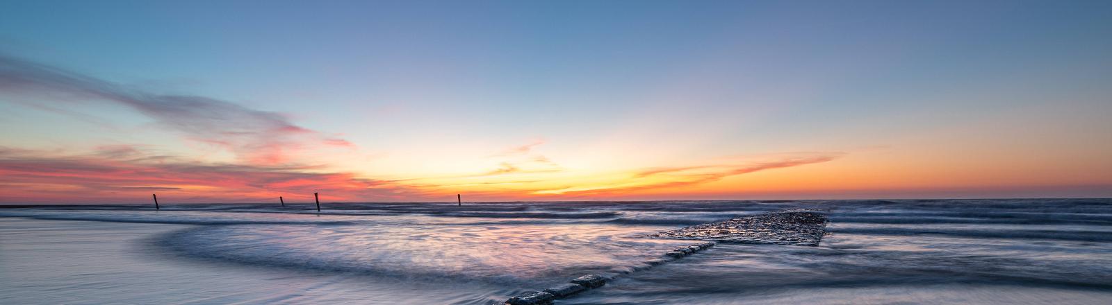 Norderney, am 15. April 2020: Sonnenuntergang im Wattenmeer, der Nordstrand von Norderney.