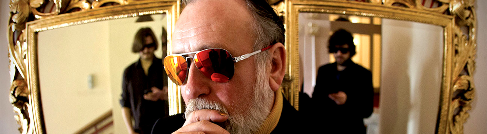 Friedrich Liechtenstein mit Sonnenbrille vor einem Spiegel.