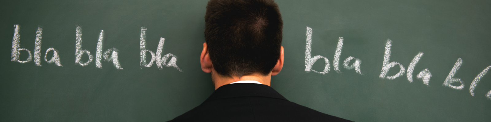 Kopf vor Tafel mit der Aufschrift bla bla bla.