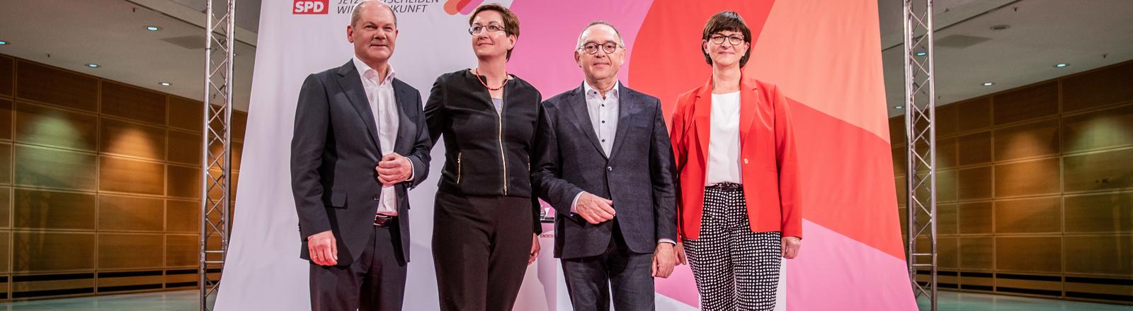 Olaf Scholz neben Klara Geywitz, Norbert Walter-Borjans und Saskia Esken