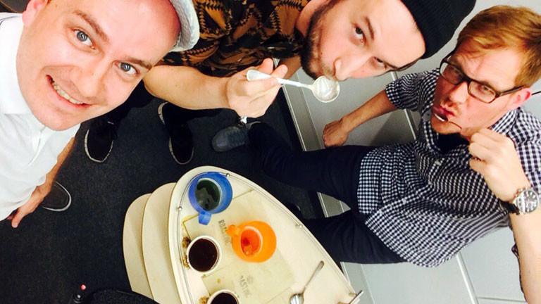 Mateuz Petlinski ist Deutscher Meister im Cup Tasting und hat Daniel Fiene und Herrn Pähler leckeren Kaffee mitgebracht.