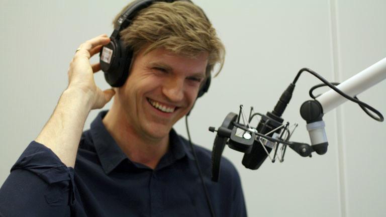 Moderator Thilo Jahn am Mikrofon.