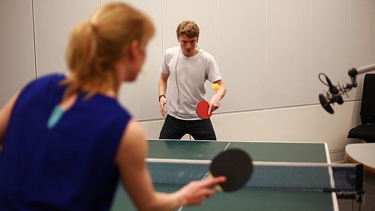 Nora und Lennart beim Tischtennis