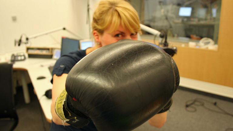 """In der Sendung """"Endlich Samstag"""" am 26.04.2014 wagen die Moderatoren Nora Hespers und Thilo Jahn eine Partie Schachboxen gegen Jan Mielke im Studio."""