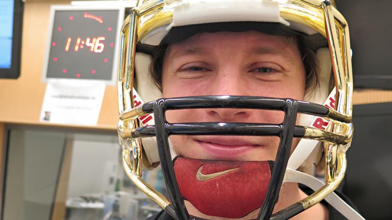 Robert Demers trägt einen goldenen Helm mit Mundschutz.