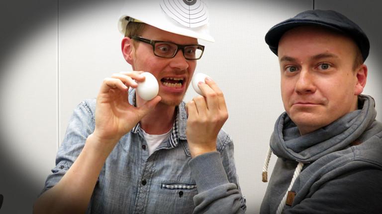 Herr Pähler und Daniel Fiene schießen sich auf den Eierwurf-Contest ein.