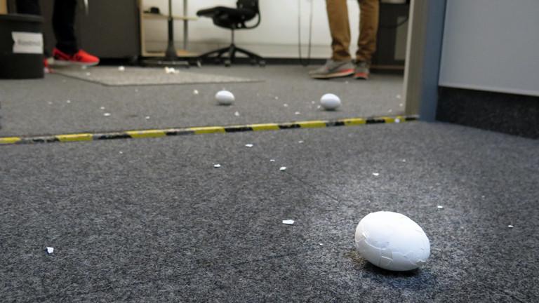 Nach dem ersten Wurf - das erste Ei ist schon leicht beschädigt.