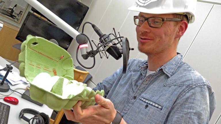 Herr Pähler packt die hartgekochten Eier für die Eierwurf-Session im Studio aus.