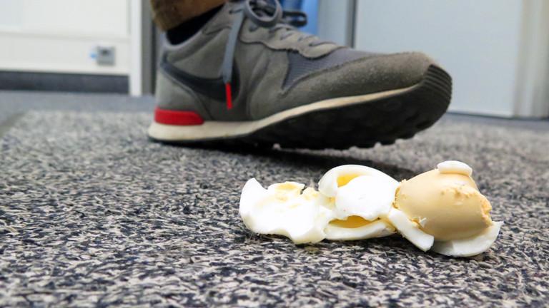 Die Eireste nach den misslungen Eierwurfversuchen von Herrn Pähler und Daniel Fiene.
