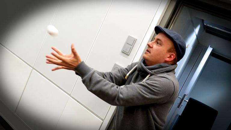 Daniel Fiene bei dem Versuch das von Herrn Pähler geworfene Ei zu fangen.