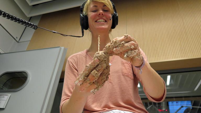 DRadio-Wissen-Reporterin Nora Hespers  backt am 20.12.2014 in Studio Cake-Pops – Kuchen am Stiel und ohne Backofen.
