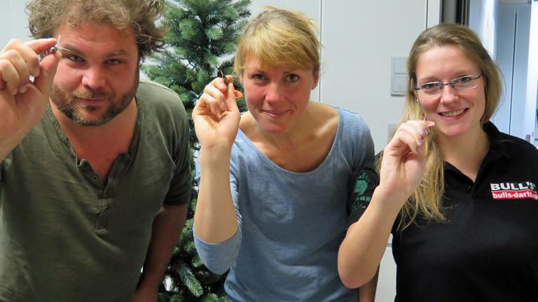 DRadio-Wissen-Moderatoren Paulus Müller und Nora Hespers lassen sich von Dart-Jugendmeisterin Ann-Kathrin Wigmann ihren Sport zeigen.