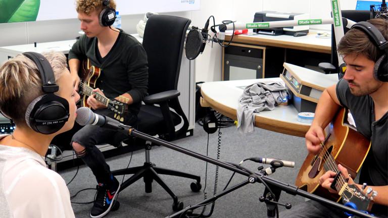 Cosby spielt im DRadio Wissen Studio einen Song ein