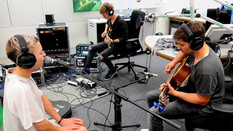 Die Band Cosby spielt im DRadio-Wissen-Studio einen Song ein.