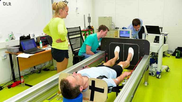 Christian Schwarz bei einem Experiment des Deutschen Zentrums für Luft- und Raumfahrt: Sprungtraining im Liegen.