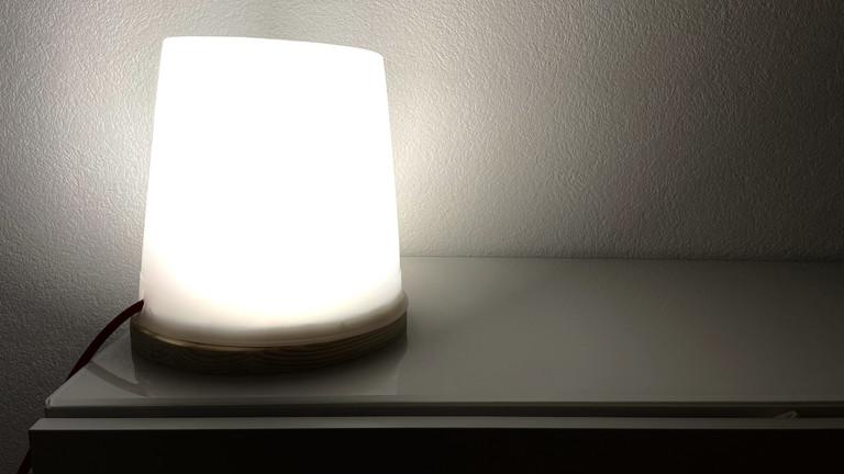 Die Tageslicht-Lampe flutet auch einen dunklen Raum mit einer derartigen Helligkeit, dass Weiterschlafen fast unmöglich erscheint.