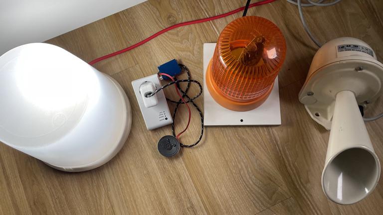 Tageslicht-Lampe: Tasmota-gesteuerten Arsenal mit Vogelzwitscher-Chip, Drehspiegel-Leuchte und Riesen-Tröte versuchen.