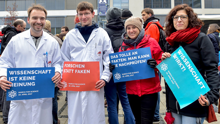 Wissenschaftler bei einer Demo