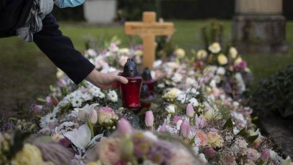 Trauernder auf einem Friedhof in Bonn, Januar 2021
