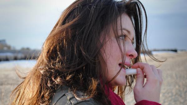 Frau trägt Lippenbalsam auf