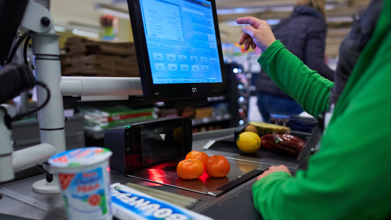 Kassiererin bei der Arbeit, Ende März 2020 in Marktoberdorf