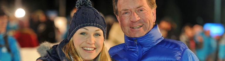 Gerd Rubenbauer steht rechts neben der früheren Biathletin Magdalena Neuner bei einer Biathlon-Veranstaltung; Bild: dpa