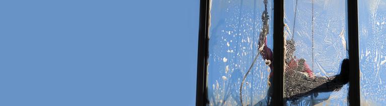 Mann reinigt Fenster am Bahnhof Wilhelmshöhe in Kassel
