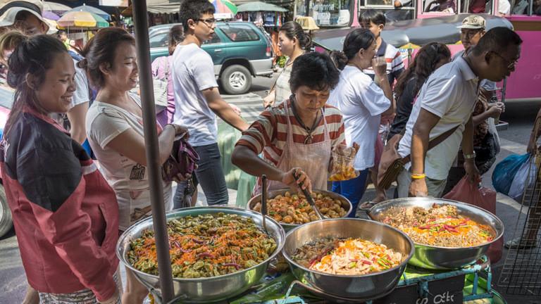Eine Garküche in Thailand.