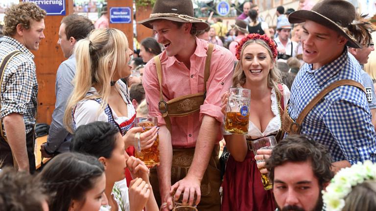 Festbesucher auf dem Münchener Oktoberfest.